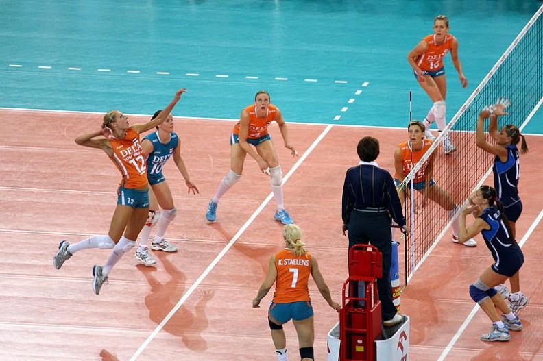 Mistrzostwa Europy w Piłce siatkowej kobiet 2009. Jak będzie wyglądała przyszłość kobiece sportu, jeżeli zniewieściali mężczyźni zaczną sobie rościć coraz większe prawa do osiągania sukcesów w spódnicy?  Fot.: Grzegorz Jereczek/Wikimedia Commons